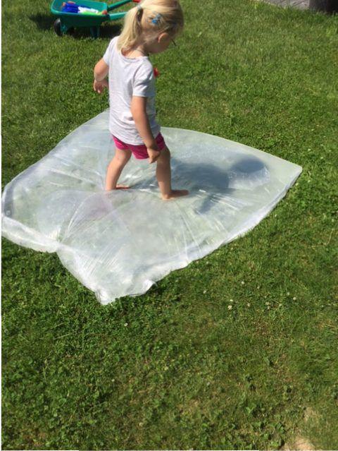 Es ist heiß. Eine passende Abkühlungsidee gab es vor kurzer Zeit mal auf Facebook. Eine Wasserblase für Kinder – ideal zum Beschäftigen und sorgt für eine kleine Abkühlung bei den hohen Temperaturen. Also her mit der Malerfolie/Abdeckfolie und ran an das Bügeleisen. Verzeih liebe Frau! Der Bau der wasserdichten Wasserblase ist wirklich kinderleicht – wenn man denn … Nachgebaut: Wasserblase für heiße Sommertage – Water Blob weiterlesen →