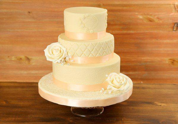 """Свадебный торт """"Первая любовь""""  #Свадьба – это большое событие в жизни двух влюблённых сердец, и конечно же хочется поделиться такой радостью с близкими, родными, друзьями. А какая же свадьба без свадебного торта! Наш прекрасный торт #Перваялюбовь очарует своей нежностью и красотой  всех гостей торжества.  С радостью изготовим, а если вы пожелаете то и доставим, #тортПерваяЛюбовь весом от 2-х кг всего за 2150₽/кг  Менеджеры #Абелло готовы помочь с выбором красивого и качественного десерта по…"""