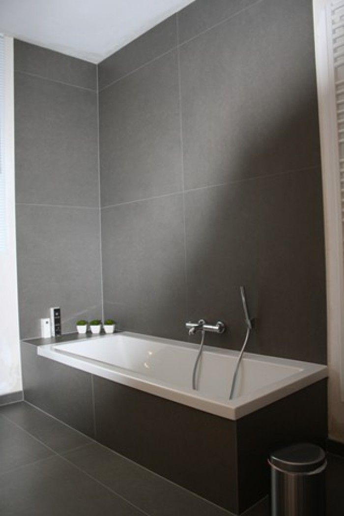 grote grijze tegel voor de badkamer..