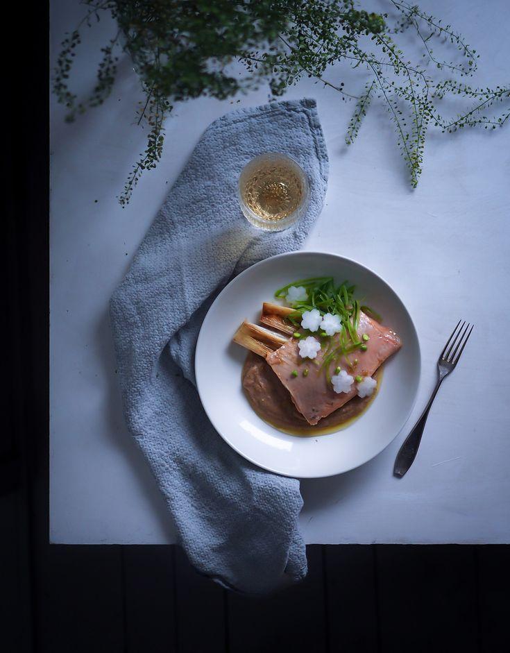 Kun kukkakaalipyree valmistetaan paahdetuista kukkakaaleista ja maustetaan misolla + tarjoillaan yuzukosholla ja vaniljalla maustetun DIY-sous vide nieriän kera, on tämä kokki taivaassa. Jep, se olis keittiömarathonin aika!