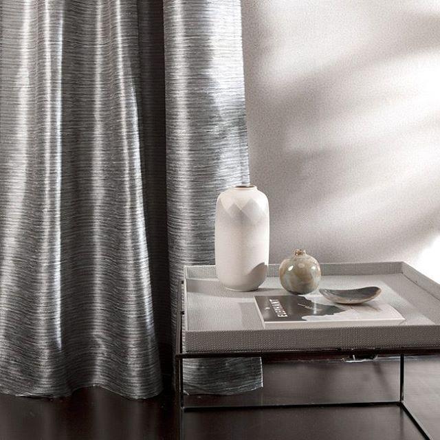 Essente interieurstoffen  Essente is een nieuw raamdecoratiemerk van de Kobefab Groep. De lijn werd ontwikkeld voor de Benelux markt. Qua stijl is Essente te omschrijven als lage-land-chic: een ingetogen kleurbeeld, geavanceerde structuren en garens en ee