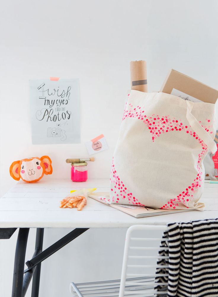 Een simpele witte canvas tas tover je makkelijk om. Even tekenen, stippen stempelen en je hebt hem. Een tas naar je hart. Dit heb je nodig: canvas tas textielverf schaar raamfolie/plakfolie potlood met gum aan de achterkant stift stuk karton�