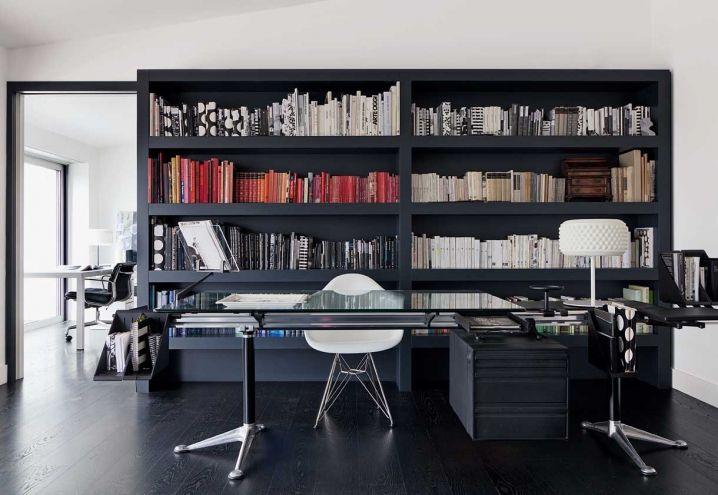 Davanti alla libreria, realizzata su disegno, il grande tavolo di Herman Miller/ICF – un pezzo storico – e una sedia d'autore, la Eames Plastic Armchair di Vitra. La lampada sul tavolo è Pneu, disegnata da Selvaggia Armani per .Exnovo