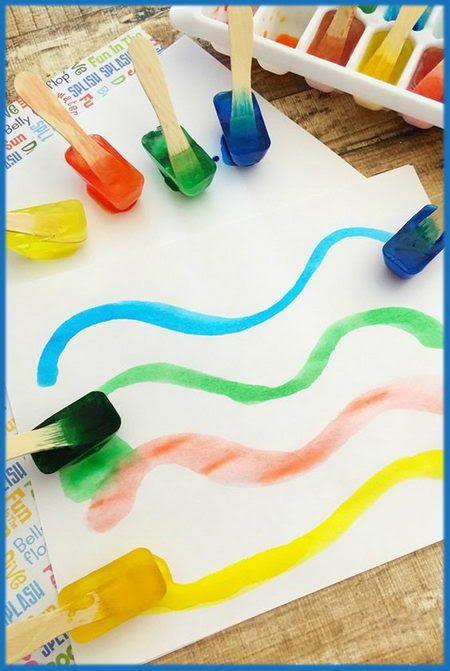 """Esta técnica consiste en congelar agua con """"mucho"""" colorante alimenticio para después pintar con el hielo en el papel. Insisto en el """"muc..."""