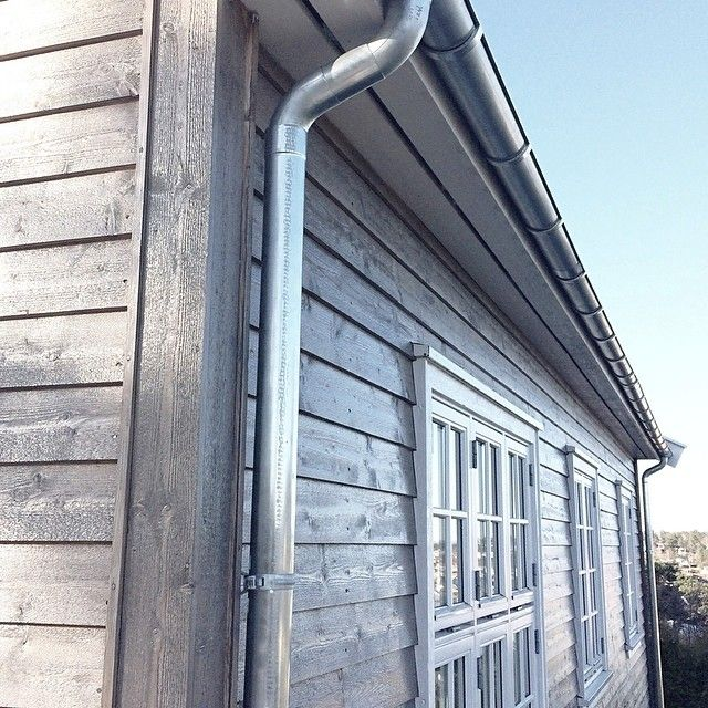 """Det tok """"bare"""" to år(), men nå er endelig #takrenne i #sink på plass på huset #Itsallinthedetails✨✨ #renovering #zink #jotun fjellgrå #fasade☀️"""