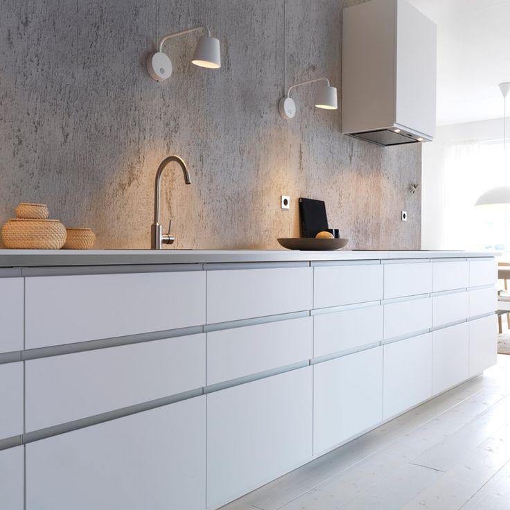 Moderne hvitt IKEA-kjøkken med hvite benkeplater, hvit veggmontert ventilator