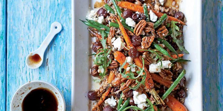 Recept! Rijstsalade met geroosterde druiven, noten en wortels | ELLE Eten