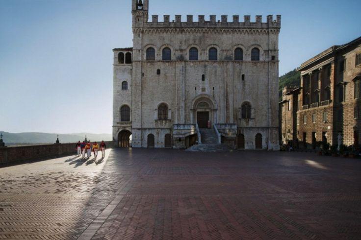 Palazzo dei Consoli in Gubbio in Umbrie door Steve #McCurry in 'Sensational Umbria' | www.regioneumbria.eu