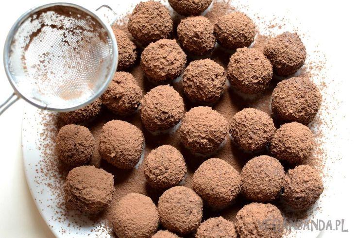 Jaglane trufle czekoladowe Składniki:      gorzka czekolada (min. 60 % kakao)     2 tabliczki po 100 g     ugotowana kasza jaglana     1 filiżanka (200 ml)     mleko roślinne     1/3 filiżanki     kakao