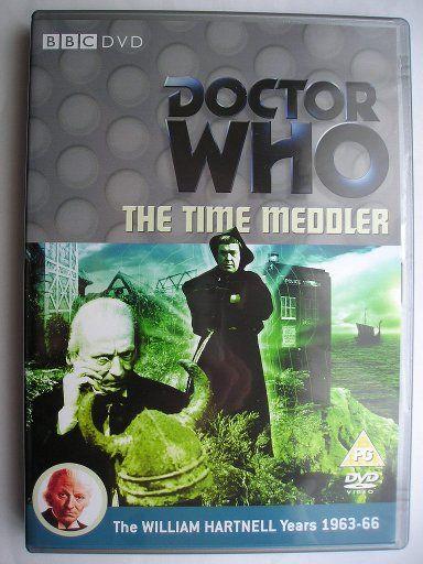 """""""The Time Meddler"""" è l'ultima avventura della seconda stagione della serie classica di """"Doctor Who"""" trasmessa nel 1965 con il Primo Dottore, Vicki e Steven. Segue """"The Chase"""" ed è un'avventura composta da quattro parti scritta da Dennis Spooner e diretta da Douglas Camfield. Immagine dall'edizione britannica del DVD. Clicca per leggere una recensione di quest'avventura!"""