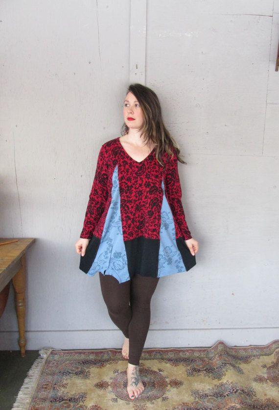 punto de reciclado rojo ropa Boho túnica patchwork T camisa grande X Lagenlook grande camisa reciclados que eco reciclado túnica LillieNoraDryGoods  Casual y cómoda, ancha top... muy bien con leggings o jeans  -Camisa de algodón restyled T -punto final -añadido inserciones del knit del algodón  Colores... rojo, negro, azul  Bordes deshilachados, crudos y zigzagueante.  lavado suave  tamaño estimado para X grande  Medida de la plana 22 a través en el busto con estiramiento caderas gratis…