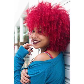 Volume capilar e cor bafo, que dupla! | 19 brasileiras que provam que negras ficam incríveis de cabelo colorido