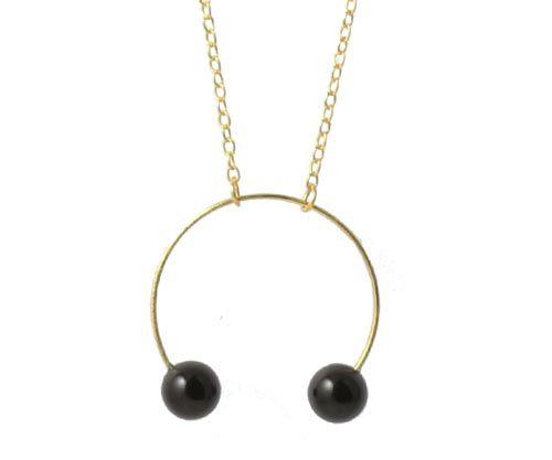 halskæde med onyx Til denne halskæde skal du bruge følgende materialer:  2 stk. anborede 6mm onyx 1 stk. forgyldt ring 25mm 2 stk. forgyldte øskener 3mm ca. 60cm ankerkæde AR30 + bidtang + lim