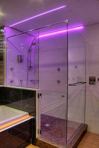 Douche vitrée avec éclairage de couleur.