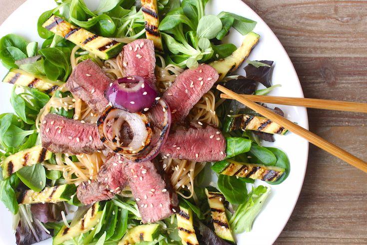 Een heerlijk recept voor een Oosterse biefstuksalade met courgette, rode ui en rijstnoedels. Gezond, snel klaar en enorm lekker!