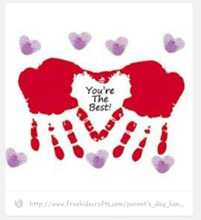 Handen met rode verf insmeren en op wit papier 'stempelen'