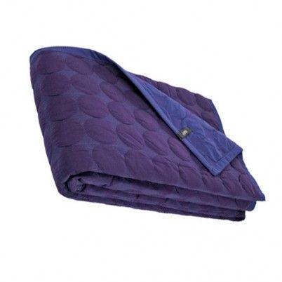De Mega dot cover is een mooie plaid van het Deense label HAY . Deze quilt is uitgevoerd met een grafisch stippenpatroon d.m.v. stikwerk rondom de cirkel. Een traditionele quilt techniek is gecombineerd met een moderne benadering. Kleuren: een warme paars en de andere zijde heeft een blauw-paarse kleur.  Comineert mooi met grijs, wit en zwart.   Afmetingen:  235 breedte x  245 lengte  cm De plaid is gemaakt van een 100% katoen, met een polyester padding / vullling. www.emma-b.nl