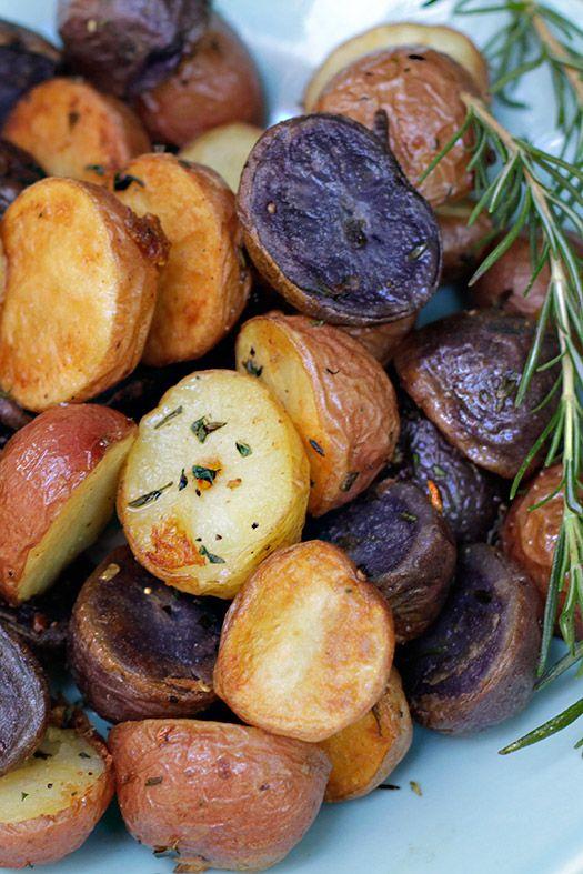 Las papas o patatas, son uno de los ingredientes más versátiles que tenemos en nuestras cocinas. Incontables recetas y preparaciones de todo tipo. Fritas, asadas, hervidas, al horno, al vapor, en puré, en sopas, en ensaladas, en tortillas, en fin… No terminaríamos nunca la lista!