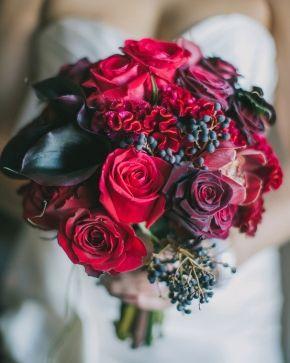 Kırmızı güllerden yapılmış gelin  buketi