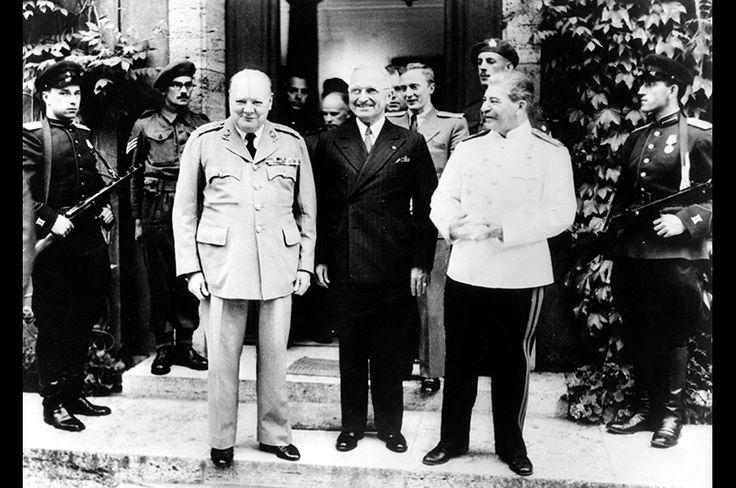 1945年7月17日から8月2日にかけて開催されたポツダム会談。左から、チャーチル、米第33代大統領ハリー・S・トルーマン、スターリン。米英ソの首脳が一堂に会するカンファレンスは、テヘラン会談、ヤルタ会談、そしてポツダム会談と、三度開催された。ポツダム会談の時点でナチス・ドイツはすでに降伏している。