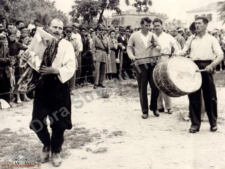 Λαγκαδάς. Ο αναστενάρης Γεώργιος Γιαβάσης  με την εικόνα, λύρα, νταούλι.