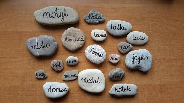 """""""Kamyk szczęścia"""" dla każdego dziecka na jeden dzień. Czyta z niego wyraz i nosi jako talizman, nazajutrz wymienia się z kolegą."""