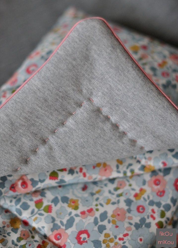 Couverture bébé réalisée en liberty (ou autre coton à motif) et sweat ou autre coton uni.Passepoil contrasté ainsi que le matelassage réalisé à la main pour une jolie finition.Bien moelleuse et chaude. Molletonnée (70% polyester et 30% tencel) Possibilité de réaliser une couverture avec un molleton plus fin en polyester ou coton. Différentes dimensions possibles:-  en liberty classique (ou autre coton à motif) 70 x 98cm : 82€90 x 120cm: 116€...
