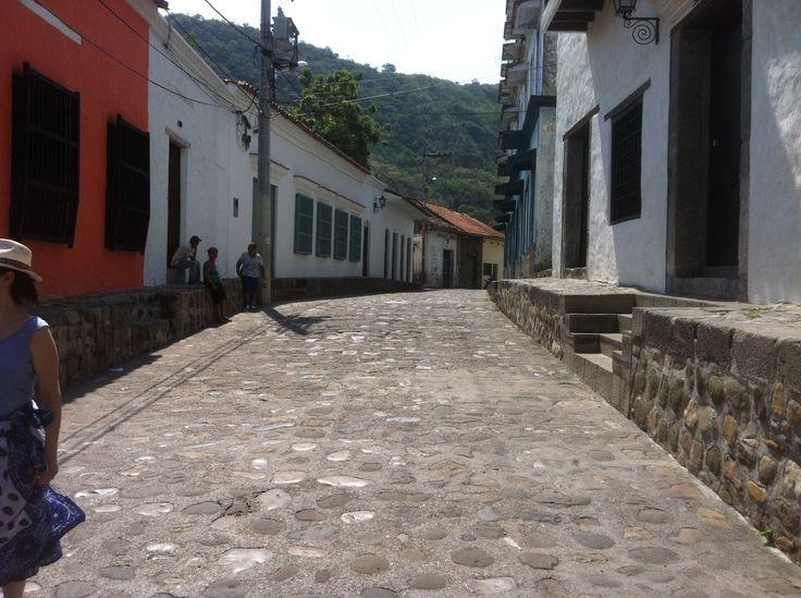 Calle y muro de piedra