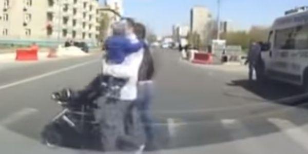 As regras de trânsito são para ser respeitadas e este condutor teve o azar de se meter, com um pai que se revoltou quando o condutor não parou para ele e a sua família atravessarem …