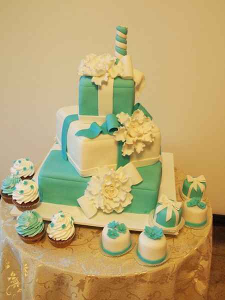 эксклюзивные десерты на заказ 9825 белые и бирюзовые с трехярусным тортом