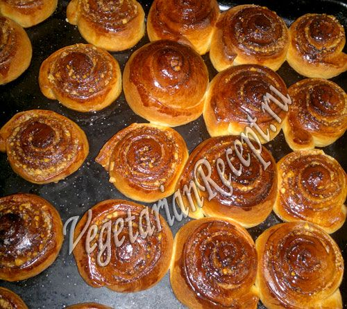 Плюшки из дрожжевого теста с начинкой из орехов и корицы. Очень вкусные! Рецепт с фото.