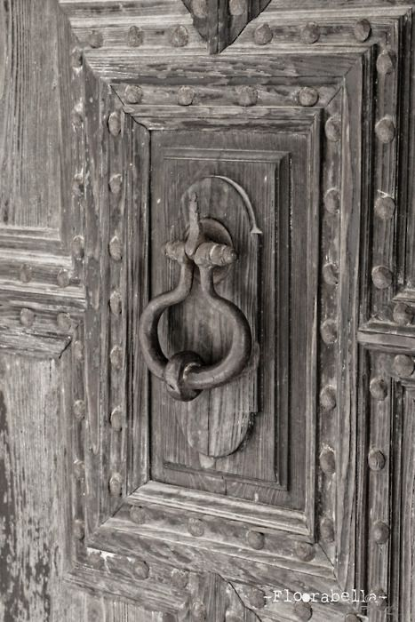 I love the old fashioned door knobs. Such a feature on the right front door! || vintage | antique | unique | ideas | rustic | exterior ||