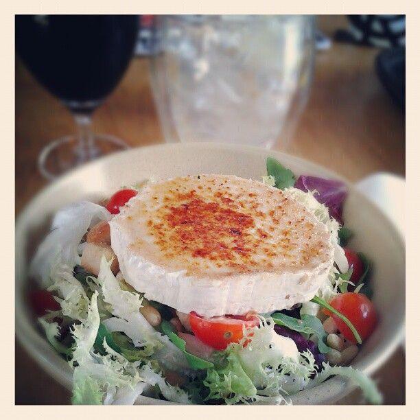 """Me encanta esta ensalada con queso de cabra. Restaurant """"Más Q Menos"""", Barcelona."""