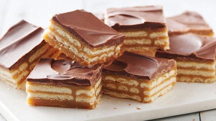 Sfiziosissima torta di biscotti e caramello , ricoperta di cioccolato.