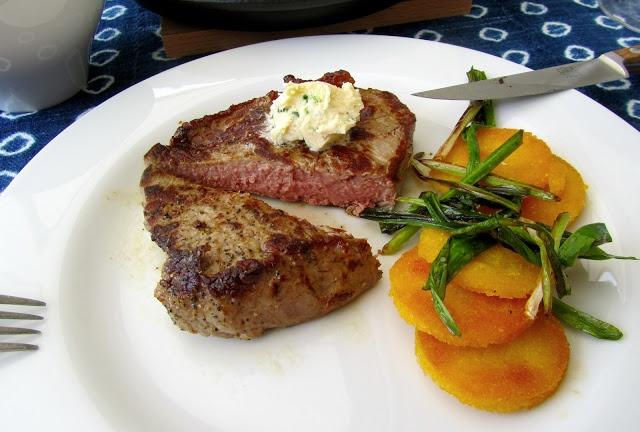 Küchentanz: Das war kein vegetarischer Tag: Beiriedsteaks, Zitronen-Schnittlauch-Butter, Knoblauchsprossen, Polentataler