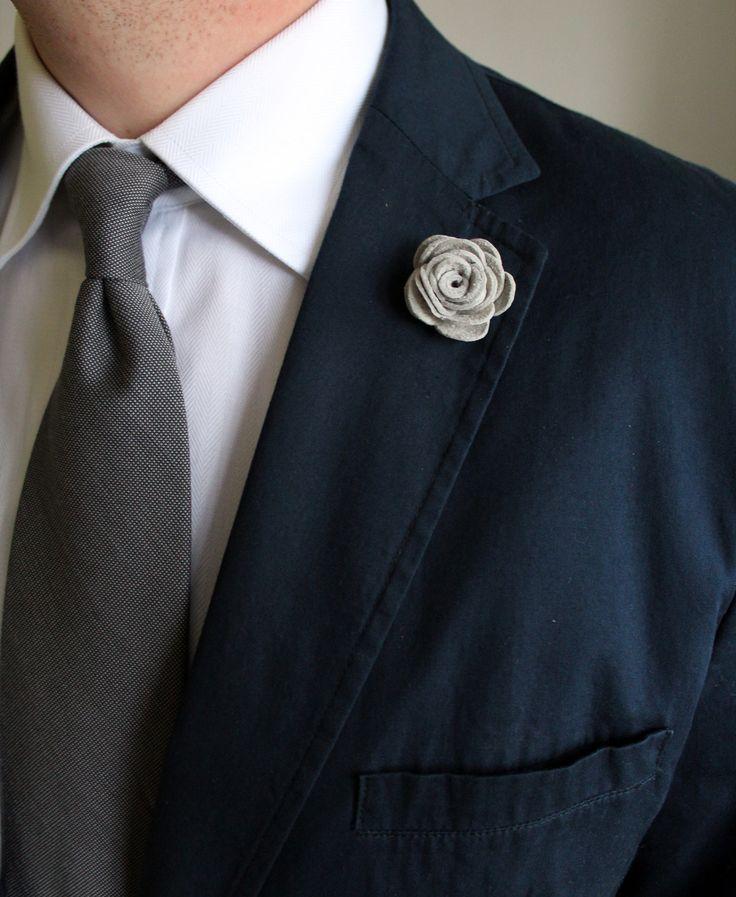Ozdoba do klopy - bílá (světle šedá) květina // KOŽENÁ ozdoba do pánské klopy // Průměr cca 3,5 cm. // Zapínání typ odznak. // Bude dodáno v dárkové krabičce :)