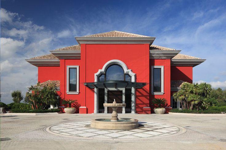 Puerta de entrada principal en piedra artificial de color for Casas pintadas de gris