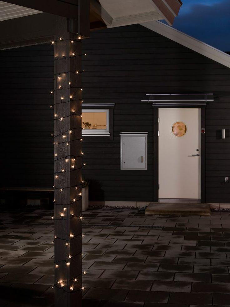 Batteridreven LED lysslynge med 120 varmhvite LED pærer fra Konstsmide og ekstra lang ledning. Slyngen har en skumringssensor som automatisk tenner lyssettet ved skumring, du kan velge om den skal stå på i 6 eller 9 timer. Lyssettet slukkes så i 15 eller 18 timer og tennes ved skumring neste dag.