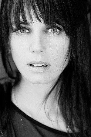 Mia Kirshner es una actriz canadiense y una activista social. Es conocida por sus papeles de Jenny Schecter en The L Word (2004–2009) y por el de Elizabeth Short en La Dalia Negra (2006). También ha aparecido en la serie televisiva The Vampire Diaries, interpretando a Isobel