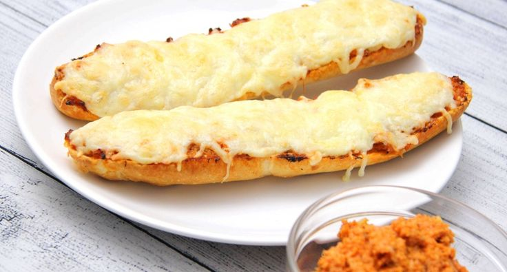 Melegszendvicskrém recept: Ez egy gyorsan elkészíthető, és nagyon finom melegszendvics krém. Elkészítheted előre is, sőt jól összeérnek benne az ízek, ha egy éjszakára a hűtőbe teszed. Bagettre, vagy kenyérre kenve, megszórva jó sok reszelt sajttal, kiváló melegszendvics süthető belőle! Próbáljátok ki bátran ezt az isteni melegszendvicskrém receptet!