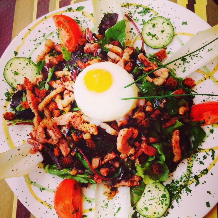 Salade lardons œuf et tomates a Estaing.