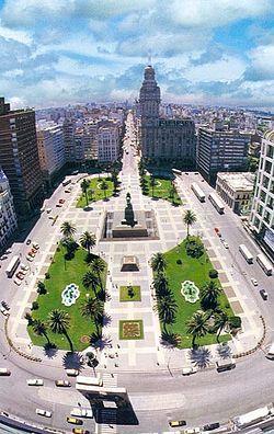 Plaza Independencia, en cuyo centro se encuentra la escultura ecuestre de nuestro prócer José Gervasio Artigas