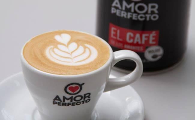 El toque perfecto de café en nuestros desayunos  En La Chocolata contamos en nuestros desayunos con el café más selecto y 100% colombiano de la marca 'Amor Perfecto', garantizándoles a nuestros clientes la máxima frescura, sabor y aroma, gracias a que los granos son tostados, procesados y empacados a diario.