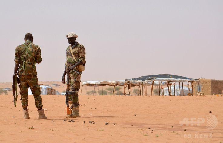 ニジェールの首都ニアメー北東約300キロのタウア州にある国連難民キャンプで警護に当たるニジェール人兵士ら(2016年10月21日撮影、資料写真Files)。(c)AFP/BOUREIMA HAMA ▼4Mar2017AFP ニジェール西部で非常事態宣言 マリのイスラム過激派の襲撃受け http://www.afpbb.com/articles/-/3120126