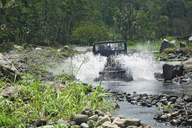 Selain menerabas sisa-sisa batu dan pasir erupsi Gunung Merapi, dalam paket wisata Lava Tour Merapi ini juga akan melewati Kali Kuning sebagai tempat untuk basah-basahan. (Benedictus Oktaviantoro/Maioloo.com)