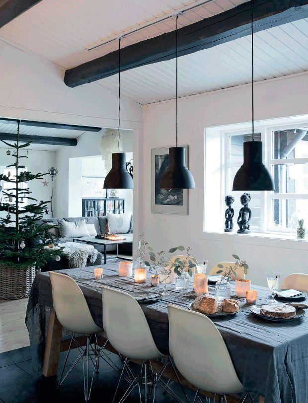 Датское рождество в сером интерьере . Гитте и Ян в своем доме в Дании полностью исключили красный из перечня использованных Рождественских цветов. Для создания духа Рождества они используют исключительно натуральные материалы и серый цвет в самых разнообразных оттенках. Это удивительно, но такой выбор цветов и материалов для рождественского декора создает удивительно теплую атмосферу в доме.