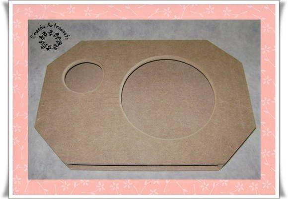 Bandeja de colo feita em MDF de 6 mm, usinada e com fundo removível para facilitar a pintura. <br>A posição do copo pode ser à direita ou à esquerda do prato. Faça a opção no ato do pedido.