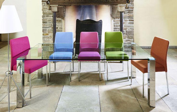 Unser Glastisch auf Maß in Kombination mit unseren Esszimmerstühlen Gilda. In vielen modernen Farben