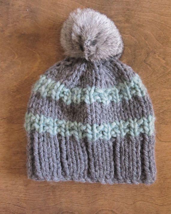 Le bonnet de laine est fait à la main avec des fibres 100% acrylique, très agréable pour le petit coco de votre enfant.Vous pouvez faire