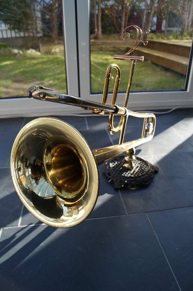 Passive smartphone speaker with a repurposed trombone.